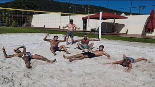 نجم كرة القدم البرازيلي نيمار داسيلفا خلال خرقة إجراءات الحجر المنزلي