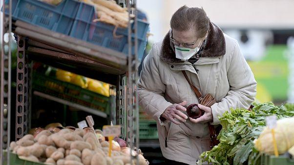Österreich: Einkaufen nur mit Maske, Hotels müssen schließen