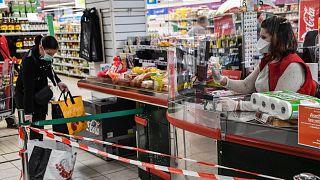 Une caissière porte un masque dans un supermarché à Montpellier, le 30 mars 2020
