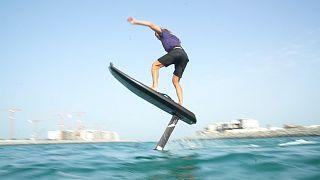 Una tabla de surf eléctrica para volar sobre el agua