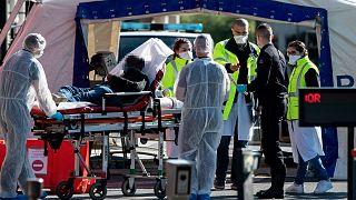 Un malade atteint du Covid-19 pris en charge à l'hôpital Henri Mondor, à Créteil dans la région parisienne, le 30 mars 2020.