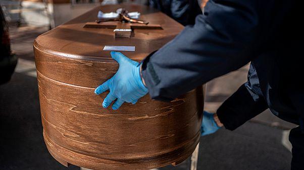 نعش خشبي يحتوي على جثمان ضحية وباء كوفيد-19 في طريقه إلى مقبرة ألمودينا في مدريد، إسبانيا