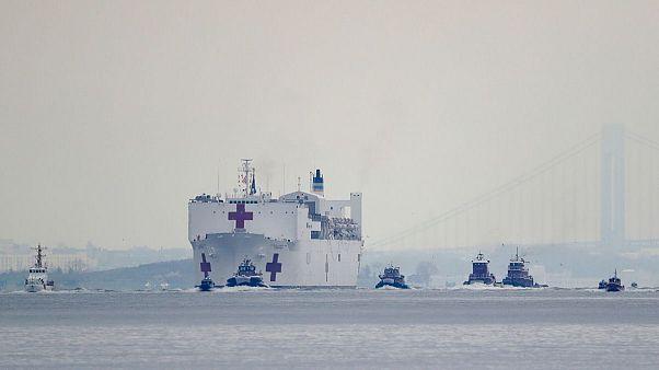 کشتی بیمارستانی نیروی دریایی آمریکا در بندر نیویورک پهلو گرفت