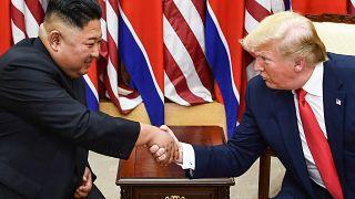زغيم كوريا الشمالية كيم جونغ أون والرئيس الأمريكي دونالد ترامب يتصافحان خلال اجتماع على الجانب الجنوبي من خط ترسيم الحدود العسكري الذي يقسم كوريا الشمالية والجنوبية