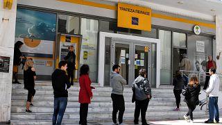 Ελλάδα: Ουρές έξω από τις τράπεζες, παρά τις απαγορεύσεις