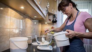 Zsuzsanna lisztet mér ki egy tálba házi kovászos kenyeréhez pécsi otthonában 2020. március 28-án.