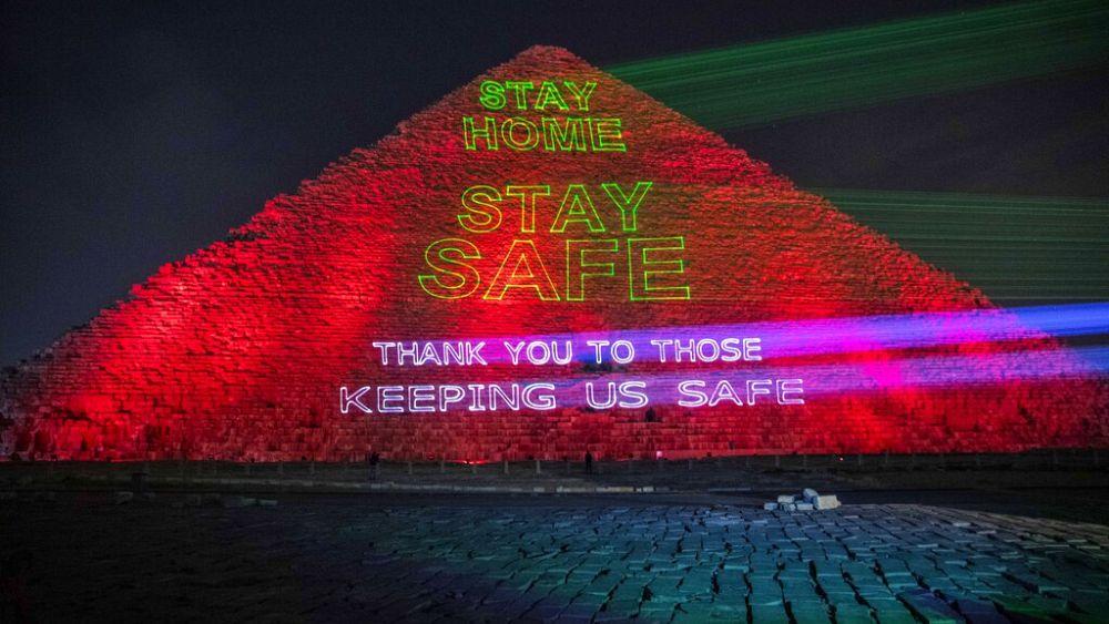 Mensajes de apoyo para los trabajadores de la salud que se muestran en la pirámide egipcia 2
