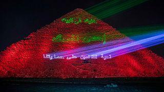 أضاءت وزارة الآثار المصرية الأهرامات تعبيرا عن دعمها للعاملين في قطاع الصحة في مكافحة فيروس كورونا في الجيزة.