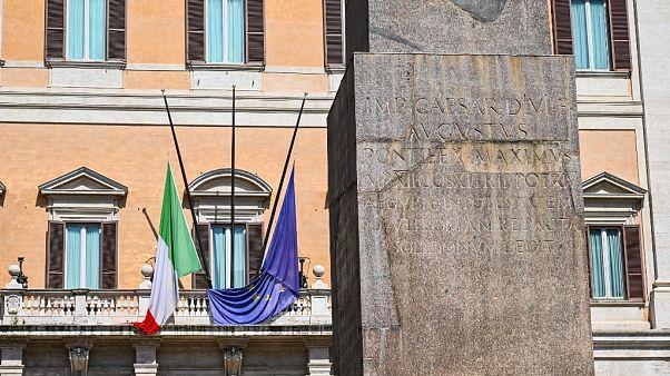 Koronavírus: félárbocra eresztett zászlók Olaszországban