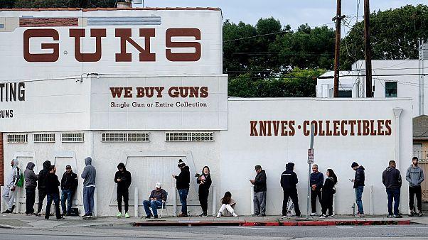 Fegyverért állnak sorba a kaliforniai Culver City-ben