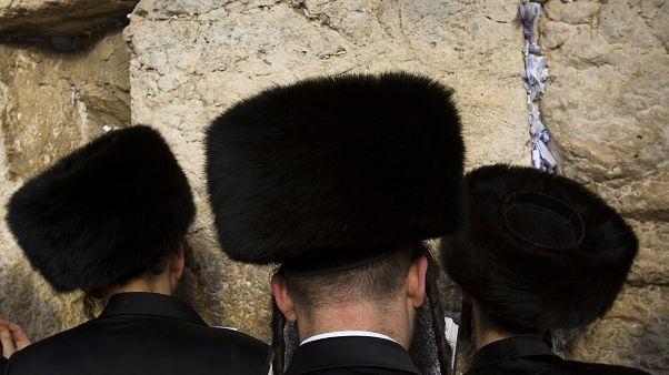 يهود متشددون يؤدون الصلاة
