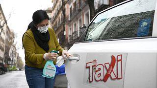Nuria Castro, chauffeuse de taxi, désinfecte sa voiture à Madrid le 30 mars 2020