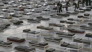 جنود صرب يعدون أسرة لاستقبال مصابين بمرض كوفيد-19 في معرض بلغراد - 2020/03/24