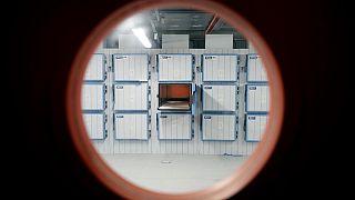 Foto distribuida por la Comunidad de Madrid de la morgue provisional instalada en la Ciudad de la Justicia