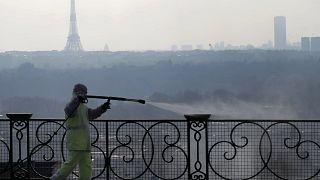 Opération de désinfection, à Suresnes dans la banlieue parisienne, le 31 mars 2020.