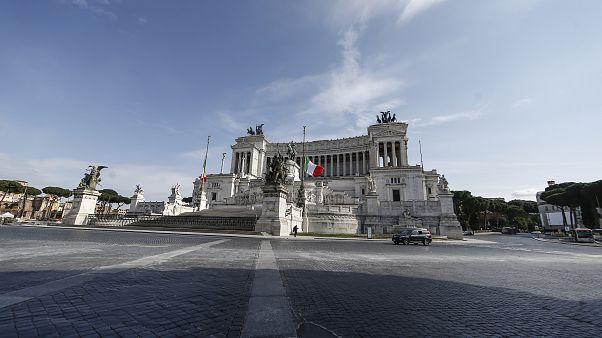 الأعلام الإيطالية ترفرف عند قبر الجندي المجهول وسط العاصمة روما تكريماً لضحايا فيروس كورونا