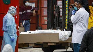 Le corps d'une personne décédée du Covid-19 est déposé dans un camion frigorifique à Brooklyn - New York - le 31 mars 2020