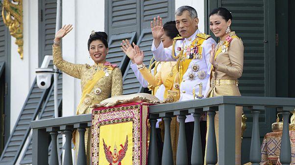 پادشاه تایلند به همراه ۲۰ زن قرنطینه شد