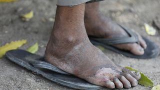 Hindistan'da hükümetin sokağa çıkma yasağı ilan etmesinin ardından işçiler köylerine dönmeye çalışıyor