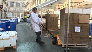 Des pharmaciens français produisent du gel hydroalcoolique pour faire face à la pénurie