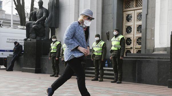 Карантин на Украине: добровольцы помогают пожилым