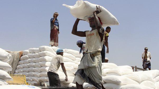 BM Dünya Gıda Programı tarafından Yemen'de halka dağıtılan un (Yemen arşiv/2018)