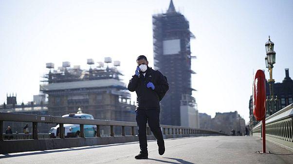İngiltere'de karantina işe yaradı: İnsanlar arası etkileşim yüzde 70 azaldı, yeni vaka hızı düştü