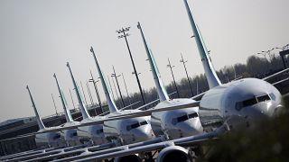 رتل من الطائرات تصطف على مدرج مطار أورلي بعد انخفاض حركة الطيران بسبب وباء كوفيد-19