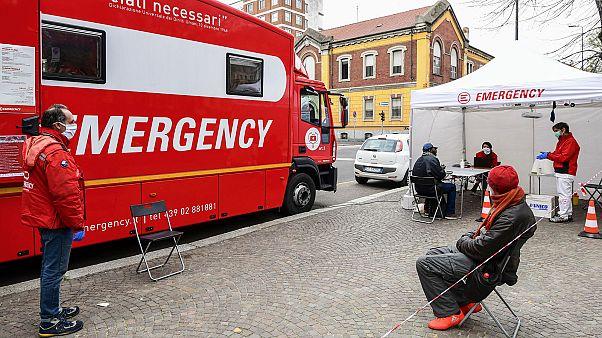 Une clinique mobile dans les rues de Milan, le 1er avril 2020.