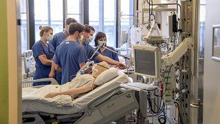 UKE: ÄrztInnen bekommen Ventilator zur Behandlung von Covid-19-PatientInnen gezeigt