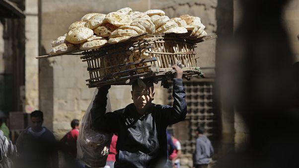 شابٌ مصري يبيع الخبز في أحد شوارع العاصمة القاهرة