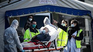 Une personne atteinte par le Covid-19 prise en charge par les équipes de l'hôpital Henri Mondor à Créteil, dans la banlieue parisienne, le 1er avril 2020.