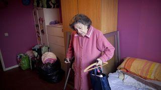 الجدات المحتجزات في منازلهن في اسبانيا يرقصن ويزرعن الخضر