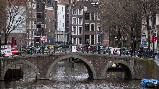 """Perspetiva do """"distrito da luz vermelha"""", quase vazio, em Amesterdão, na Holanda"""