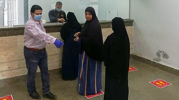 فيروس كورونا: الحكومة المصرية ترد بالصور على الانتقادات بشأن تكدس المصالح الحكومية