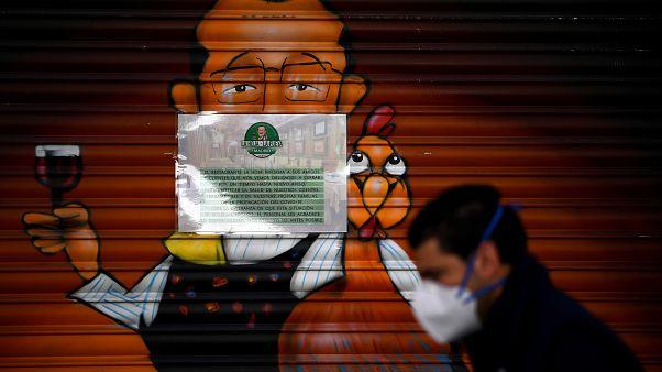 Mann vor geschlossenem Restaurant in Madrid