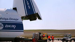 Des personnels déchargent une livraison de 10 millions de masques en provenance de Chine à l'aéroport de Bussy-Lettrée dans l'Est de la France