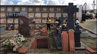 Covid-19: Törenler yasaklandı, salgında ölen çiftin yakınları cenazeyi uzaktan canlı yayında izledi