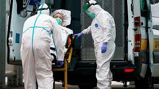 Un patient pris en charge par les équipes médicales de l'hôpital de Burgos, dans le nord de l'Espagne, le 2 avril 2020