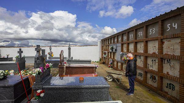 Eusebio Fernandez Cortes édesanyja Rosalia Mascaraque temetésén a spanyországi Zarza de Tajóban. Édesapja is a járvány áldozata lett
