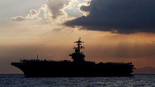 شاهد:البحرية الأمريكية تخلي حاملة الطائرات تيودور روزفلت بعد إصابة الطاقم بفيروس كورونا