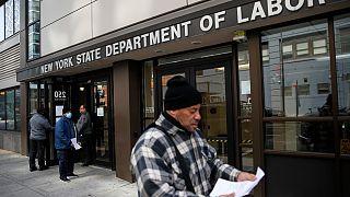 Έκρηξη της ανεργίας στις ΗΠΑ: Πάνω από 6 εκατομμύρια αιτήσεις για επίδομα