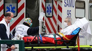 Un patient pris en charge à son arrivée à l'hôpital Lariboisiere à Paris, le 2 avril 2020.