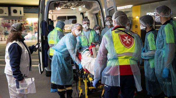 Covid-19, la Francia sfiora i 900 morti nelle case di riposo