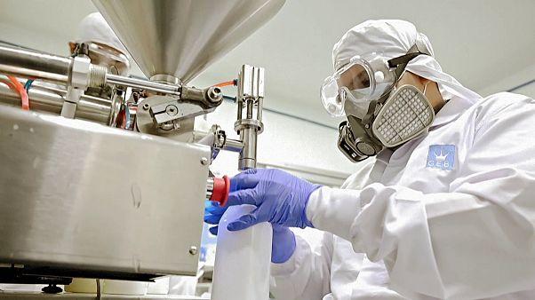 شركة مستحضرات تجميل كولومبية تتحول لصناعة معقمات الأيدي
