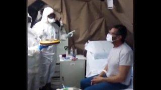 """شاهد: احتفال بعيد ميلاد أحد المصابين بـ""""كورونا"""" داخل مشفى ميداني بإيطاليا"""