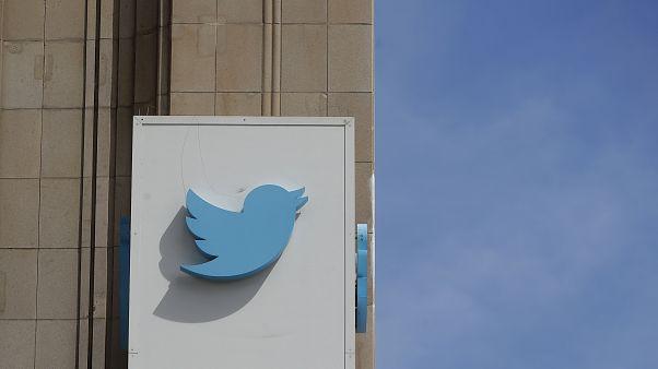 """شعار """"تويتر"""" مثبت على المقر الرئيس للموقع في سان فرانسيسكو بالولايات المتحدة"""