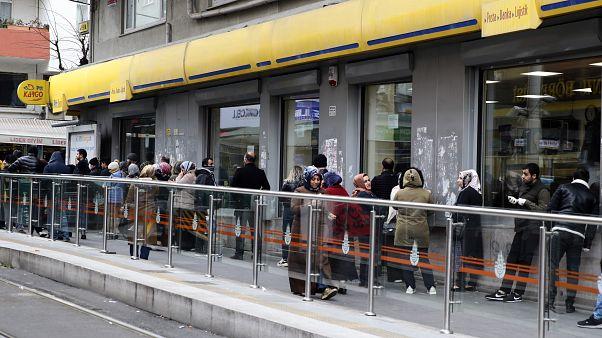 Sosyal mesafe kuralına uyulmayan PTT şubeleri ikinci bir emre kadar kapatıldı