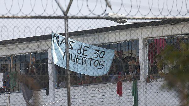 Presos denuncian con un cartel la represión del motín en la cárcel Modelo de Bogotá
