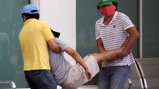Deux habitants de Guayaquil - Equateur - transportent un corps le 1er avril 2020
